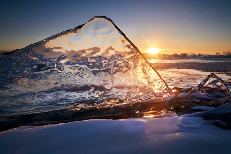 O Lago Baikal no por do sol, tudo é coberto com o gelo e a neve, fotografia de stock