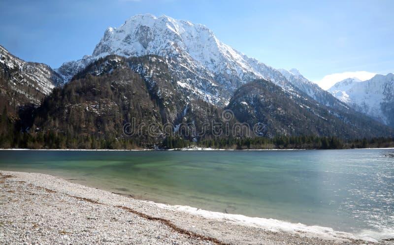 O lago chamou o lago Predil Itália do norte perto da sagacidade austríaca da beira imagem de stock