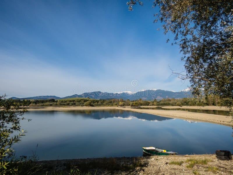 O lago com água clara de turquesa é cercado por montanhas Liptovska Mara Slovakia O conceito da excursão ecológica e ativa fotos de stock