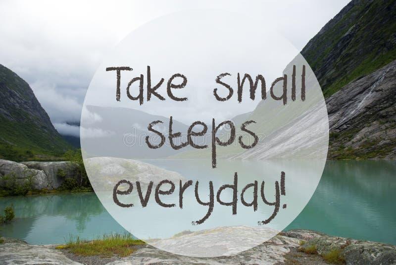 O lago com montanhas, Noruega, citações toma as etapas pequenas diárias imagem de stock royalty free