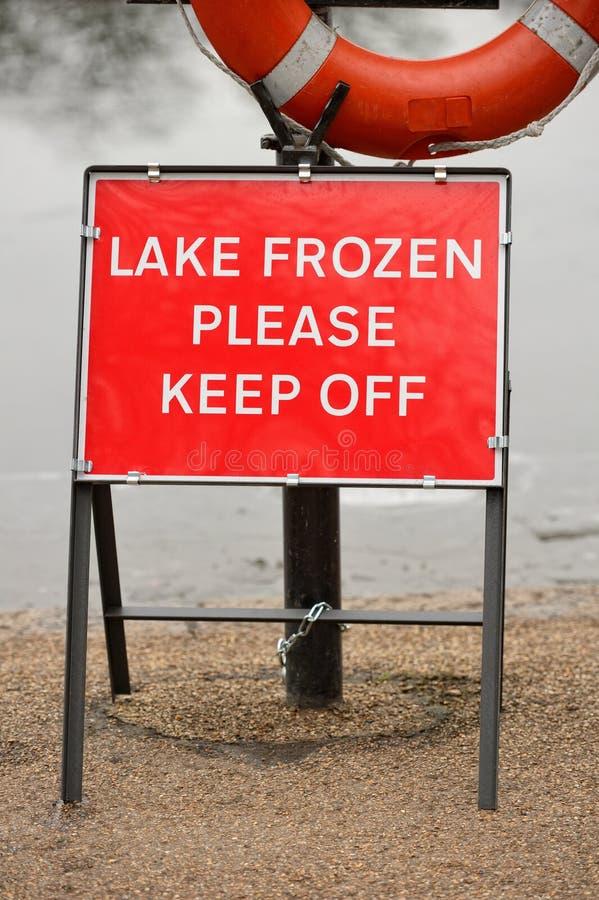 O lago congelado por favor evita o sinal de aviso imagem de stock