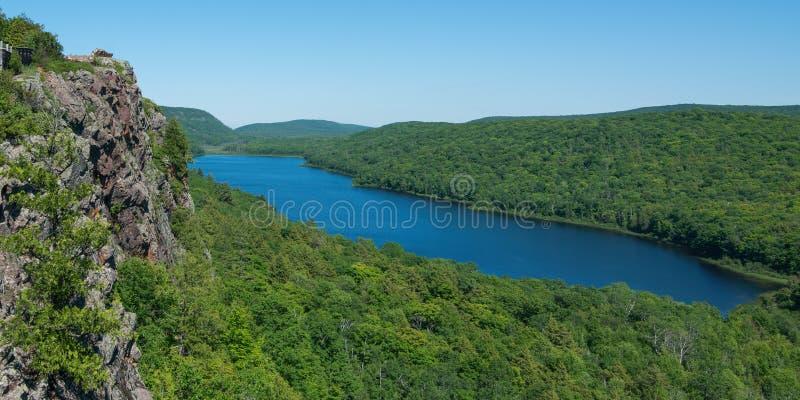 O lago das nuvens ajardina - o dia de verão ensolarado no parque estadual da região selvagem de montanhas do porco- fotografia de stock royalty free
