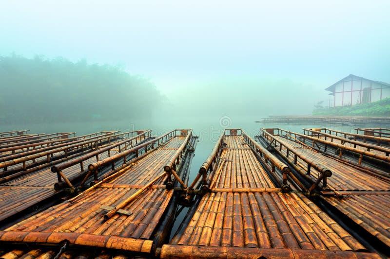 O lago de bambu da jangada imagens de stock royalty free