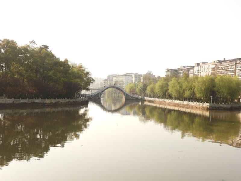 O lago de fluxo e o corredor ao longo do rio no parque imagem de stock royalty free