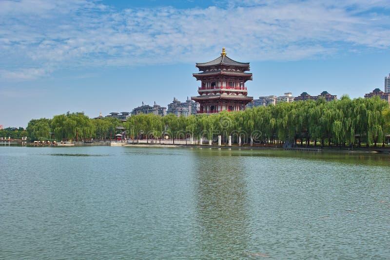 O lago dentro de Tang Paradise em Xian fotos de stock