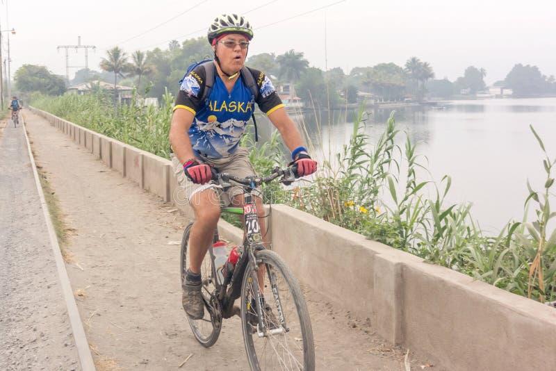O lago do cruzamento do ciclista chamou Lago de Amatitlan na casa de campo Canales, fotos de stock royalty free