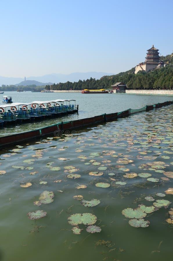 O lago do palácio de verão no Pequim imagem de stock
