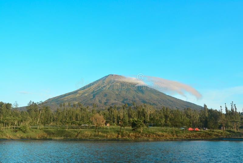 O lago e a montanha imagens de stock royalty free