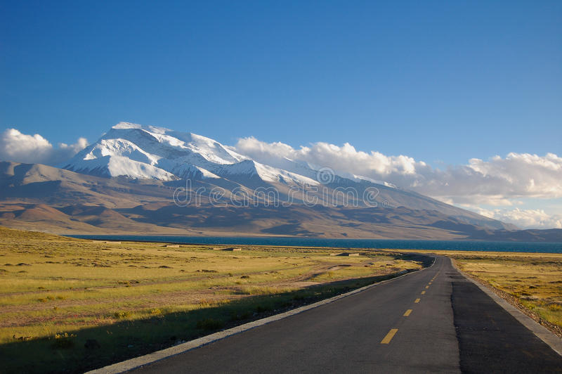O lago e a montanha e a estrada da neve fotos de stock royalty free