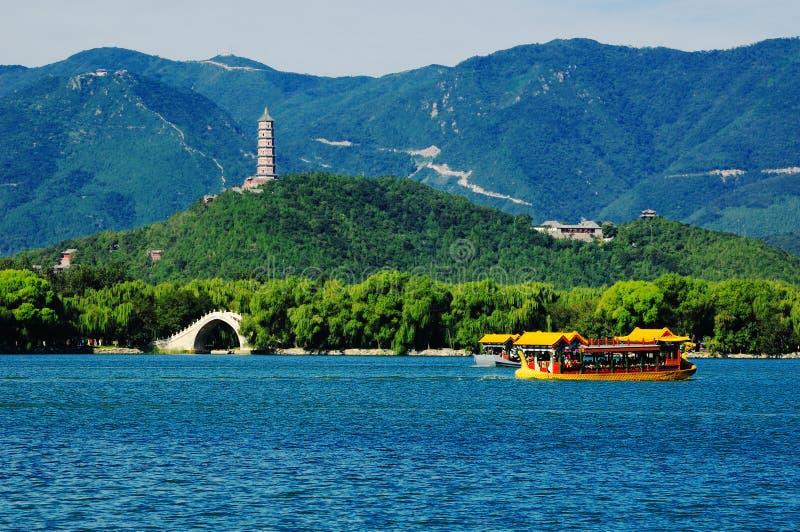 O lago e a ponte palace de verão fotos de stock royalty free