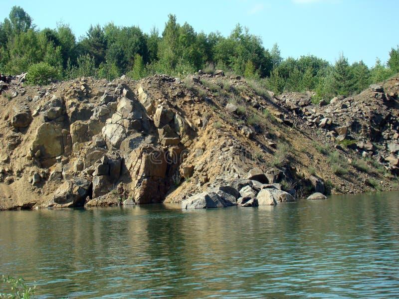O lago está em uma pedreira de pedra imagens de stock royalty free