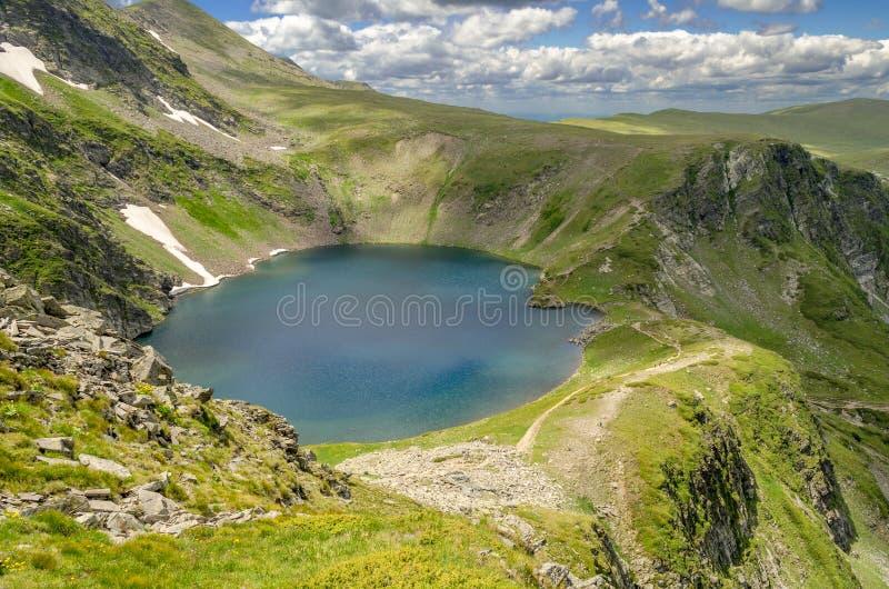 O lago eye, o lago o mais profundo do cirque em Bulgária fotografia de stock