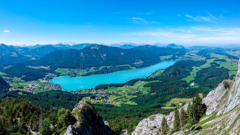 O lago Fuschlsee, é Salzkammergut, Áustria, no verão fotografia de stock