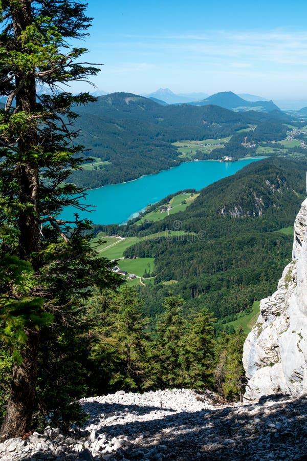 O lago Fuschlsee, é Salzkammergut, Áustria, no verão foto de stock