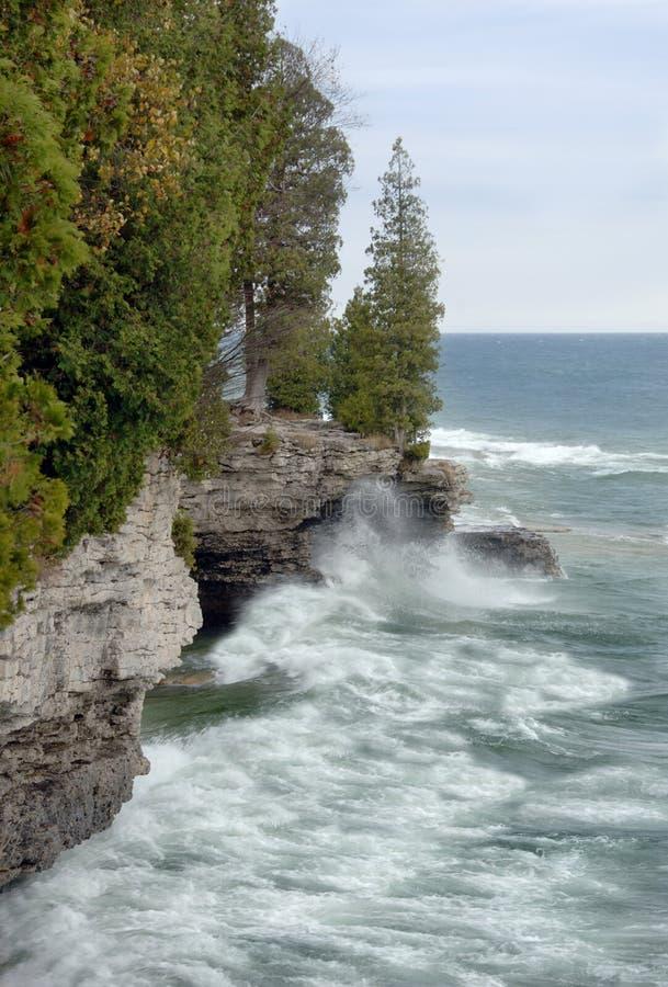 O lago Michigan acena ao longo da costa foto de stock