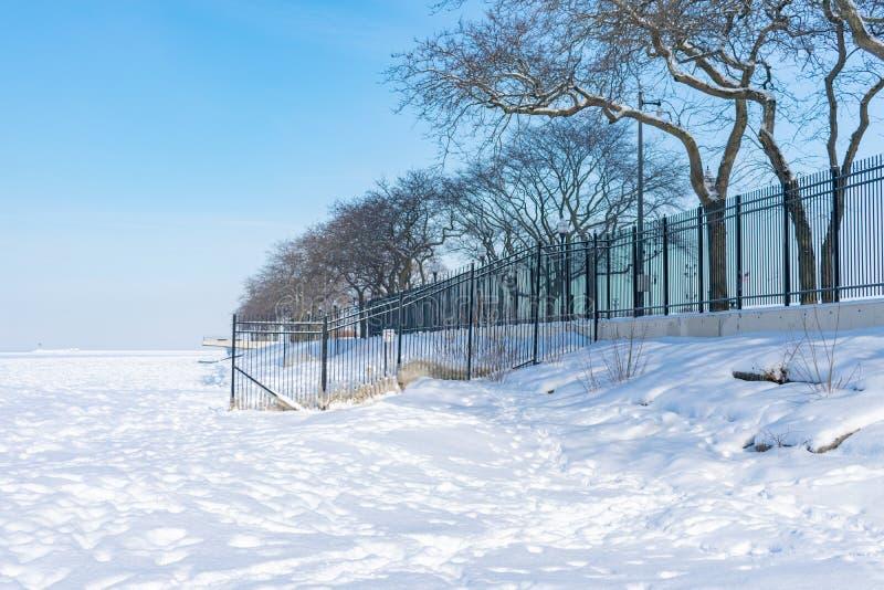 O Lago Michigan na praia da rua de Ohio em Chicago congelada sobre e coberta com a neve após um redemoinho polar imagens de stock royalty free