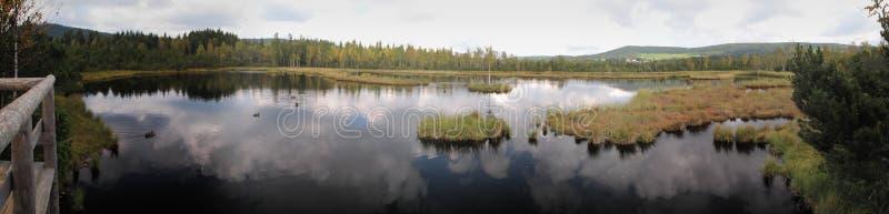 O lago no slat/turfa de Chalupska amarra fotos de stock royalty free