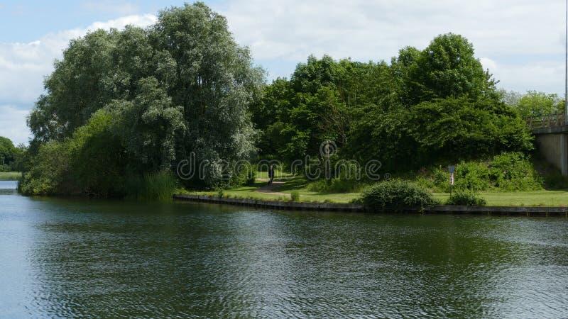 O lago pela estrada imagem de stock