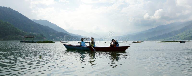 O lago Phewa é o segundo - lago o maior em Nepal imagens de stock royalty free