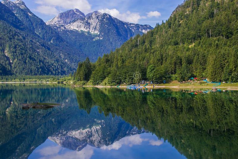 O lago Predil é ficado situado em uma elevação de 969 m 3.179 ft, situada em um vale alto de Julian Alps ao norte do Sella Nevea foto de stock