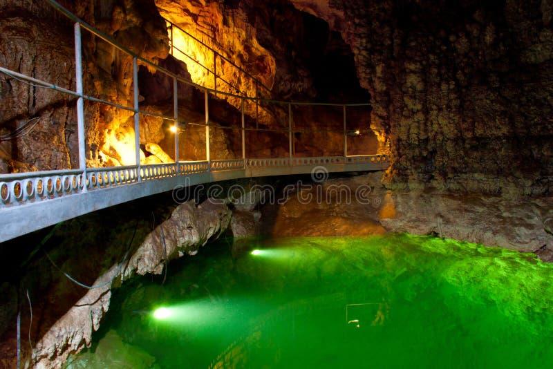 O lago subterrâneo na caverna. foto de stock royalty free