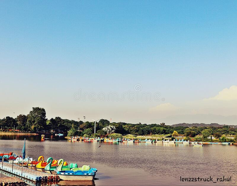 O lago Sukhna em City Beauily Chandigarh, na Índia foto de stock royalty free