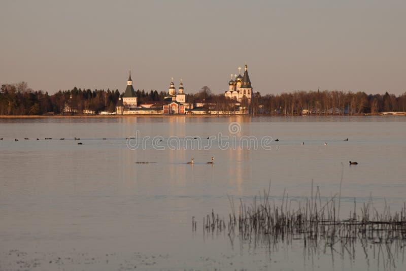 O lago Valdayskoe com o monastério de Valday Iversky fotos de stock
