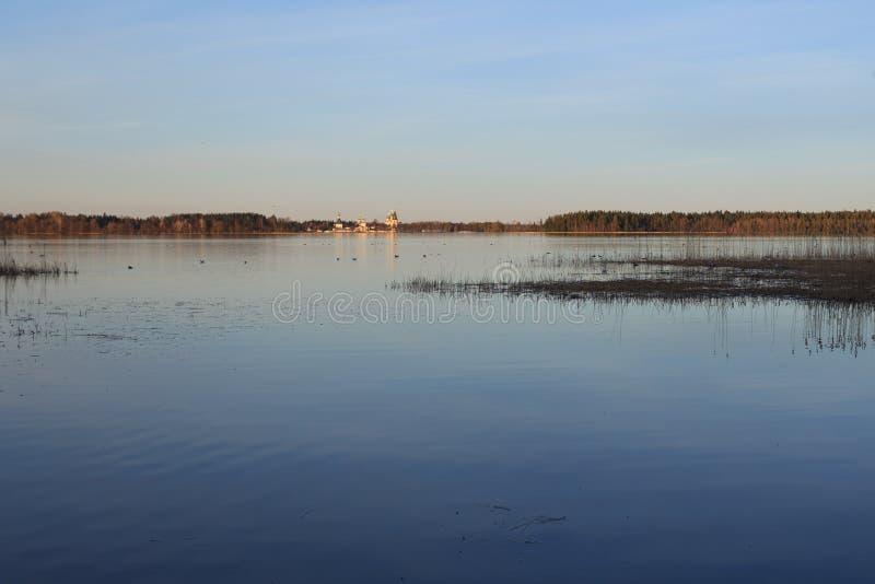 O lago Valdayskoe com o monastério de Valday Iversky fotos de stock royalty free