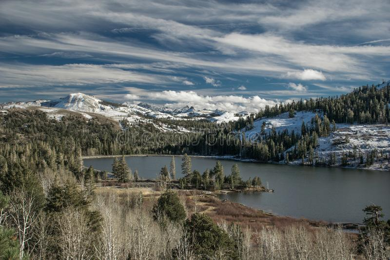 O lago vermelho de observação congela-se lentamente sobre perto de Kirkwood Ski Resort imagens de stock