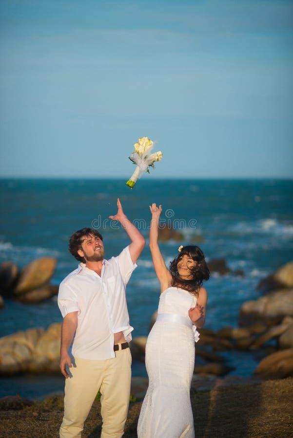 O lance dos noivos o ramalhete foto de stock royalty free