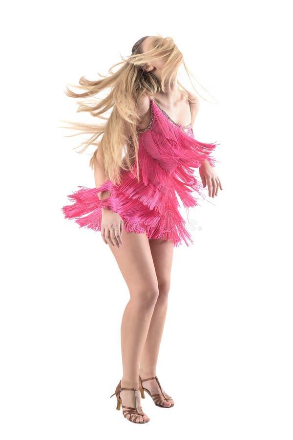 O latino de giro dança o movimento da mulher loura com cabelo sobre a cara fotos de stock royalty free