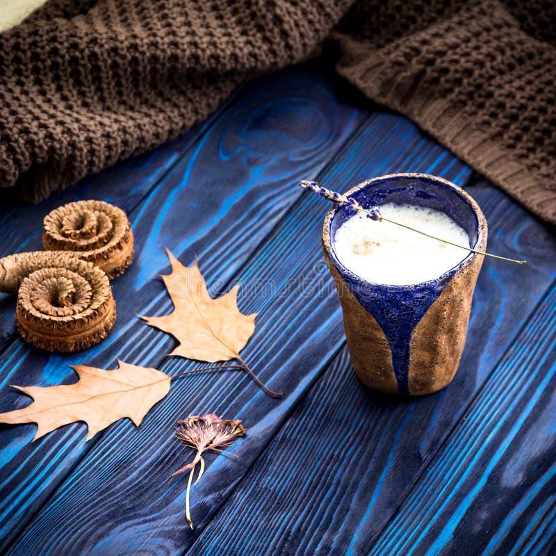 O latte caseiro do café, seca as folhas e a alfazema foto de stock royalty free