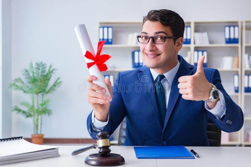 O laywer com rolo do diploma no conceito do eductional da carreira jurídica foto de stock royalty free