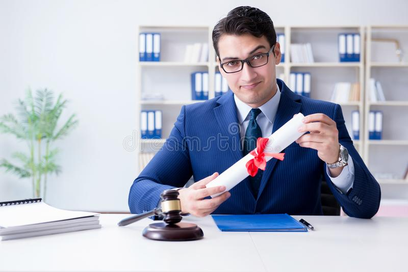 O laywer com rolo do diploma no conceito do eductional da carreira jurídica foto de stock