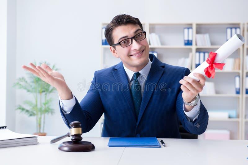 O laywer com rolo do diploma no conceito do eductional da carreira jurídica fotos de stock