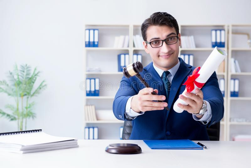 O laywer com rolo do diploma no conceito do eductional da carreira jurídica fotografia de stock royalty free