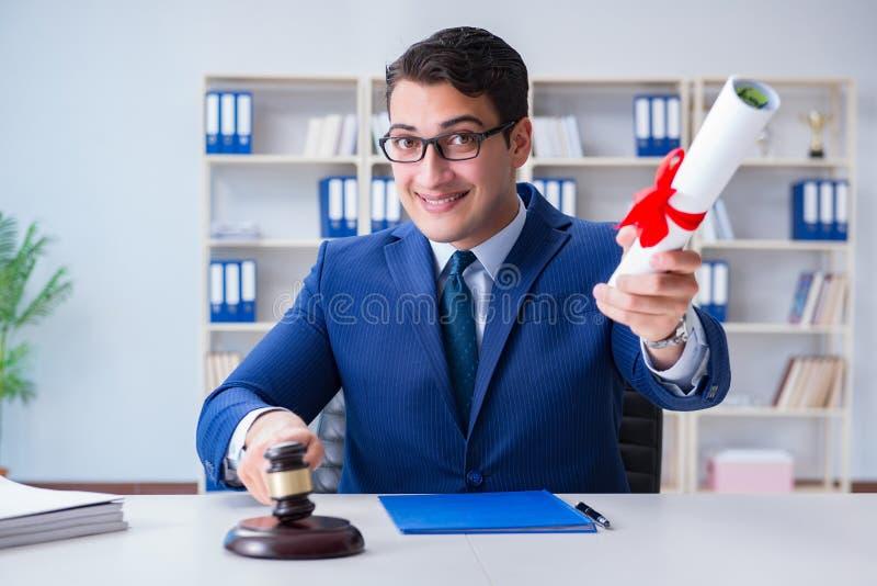 O laywer com rolo do diploma no conceito do eductional da carreira jurídica imagens de stock royalty free