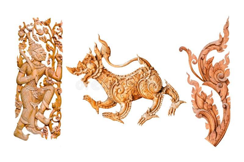 O leão do teste padrão do estilo ou o singha e o rei tailandeses tradicionais do gigante, madeira da flor cinzelam no fundo branc foto de stock royalty free