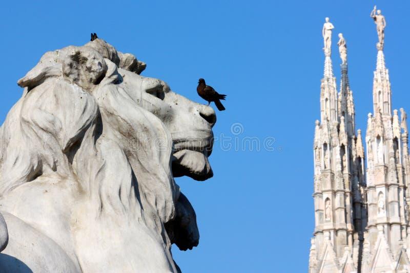 O leão em Praça del Domo, Milão, Italy fotografia de stock