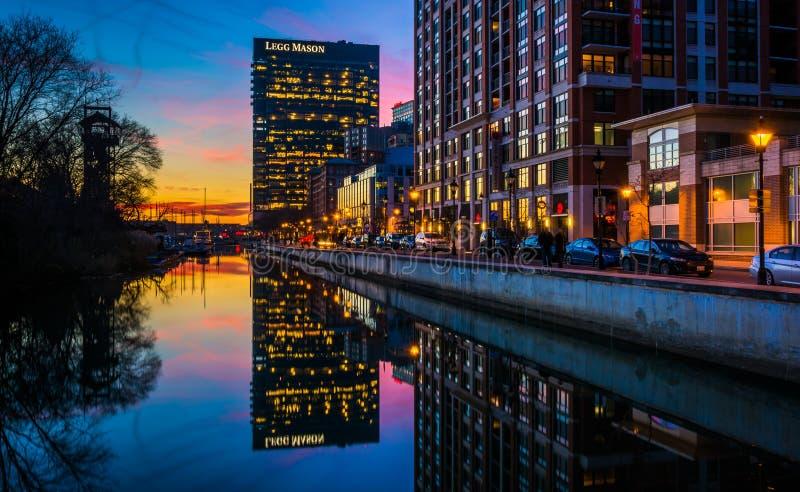 O Legg Mason Building que reflete na água no crepúsculo, dentro fotos de stock