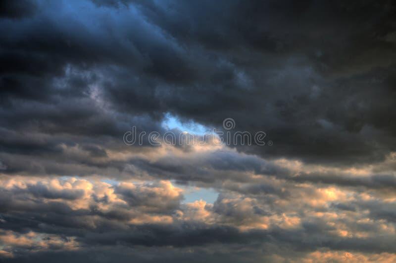 O levantamento tormentoso nubla-se o céu perigoso imagem de stock
