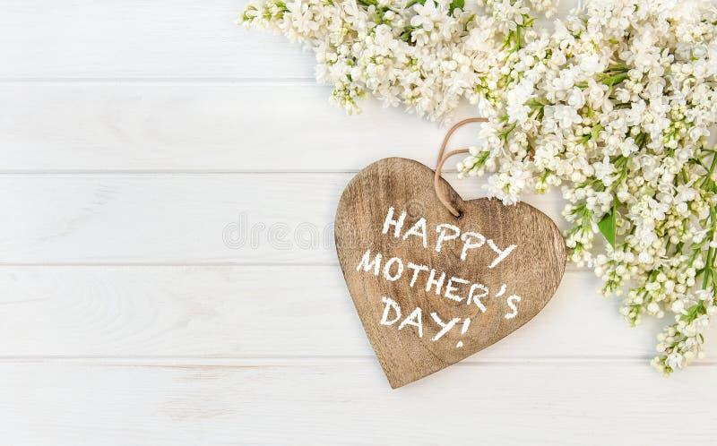 O lilás branco floresce o dia de mães de madeira do coração fotografia de stock