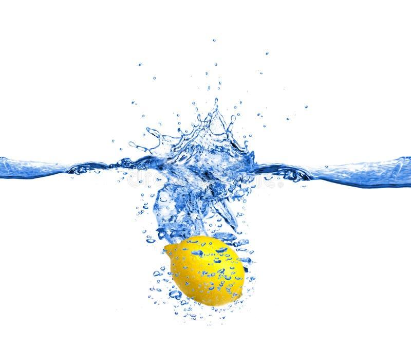 O limão deixou cair na água fotos de stock