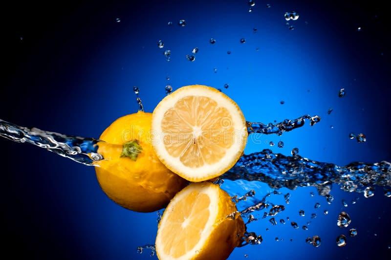 O limão fresco no espirra da água fotos de stock royalty free