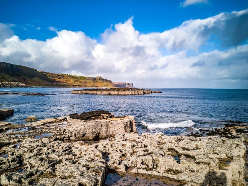 O litoral com as pegadas raras do dinossauro do tracksite sauropod-dominado do nam Brathairean de Rubha, irmãos imagem de stock royalty free