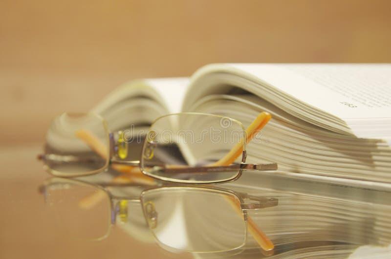 O livro com vidros imagens de stock