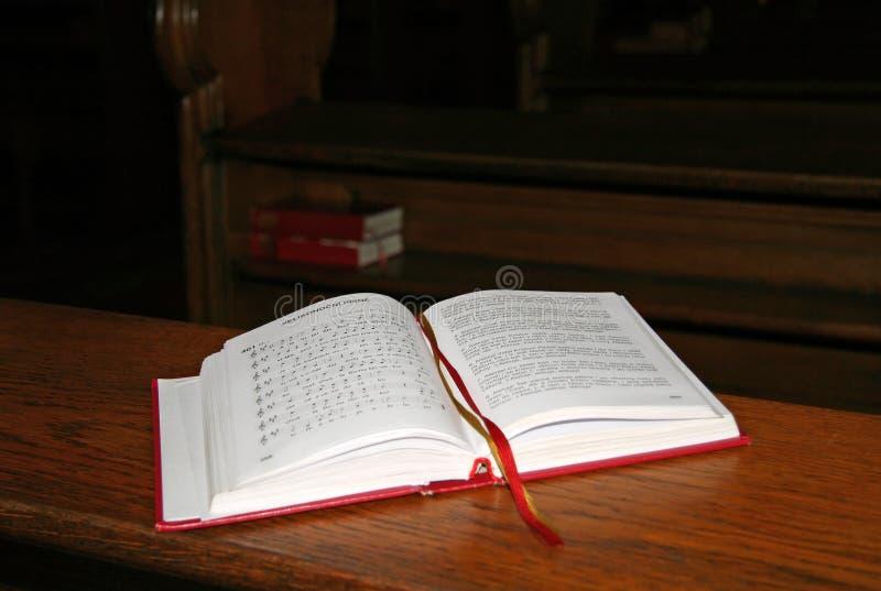 O livro cristão católico da música na igreja checa imagens de stock