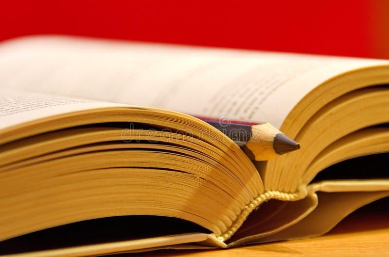 O livro e o pancil fotografia de stock royalty free