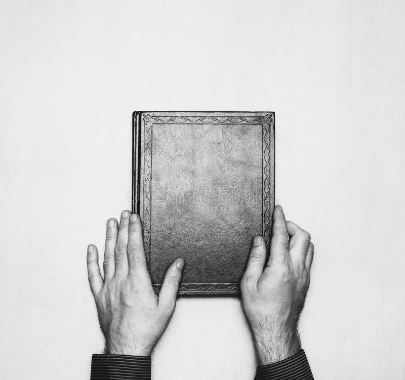 O livro está nas mãos da parte superior do camponês, foto preto e branco zombe acima para o texto, felicitações, frases fotografia de stock royalty free