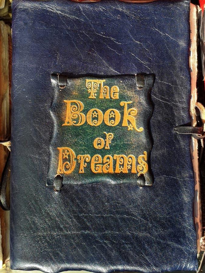 O livro feito a mão velho da capa do livro de couro medieval handcraft o livro do couro natural verde amarelo azul da tampa verme fotos de stock royalty free